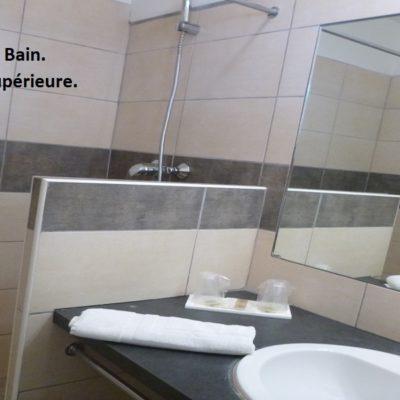 hotel-draguignan-var-83-col-de-l-ange-vue-famille-piscine-calme-salle-de-bain-chambre-supérieure